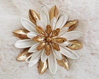 Vintage Sarah Coventry Water Lily Flower Brooch - Gold & White Enamel (lot A)