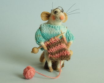 Needle felted knitting mouse. Mouse knits. Knitting animal. Dollhouse mouse. Felting dreams. Felted ornament. Gift. Dressed mouse. Felt mice