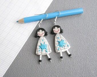 Bijou maîtresse, boucles d'oreilles pour les maîtresses, 2 poupées en robe blanche quadrillée et tache de peinture bleue, pâte polymère fimo