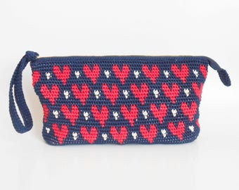 Crochet pattern for hearts' clutch. Practice tapestry crochet to form a drawing. Charts with symbols, written instructions and images