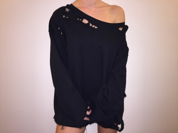 BLACK RIPPED SWEATSHIRT