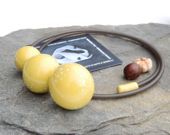 Necklace with yellow enameled stoneware beads