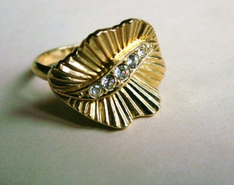 Vintage Ribbon Swirled Clear Stone Ring Gold Tone Ribbed Statement Ring Size 7