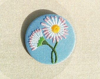 Embroidered brooch daisy
