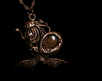 Pendentif argent mermaid, fossile d'ammonite--HandmadeJewelry, OlympiaEtsy, geekyFreakyUnique-y, WitchesonEtsy, FunkyAlternativeJewelry, GTGEU