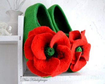 Felted wool slippers Red and green Christmas gift for mom Women house shoes Wool slippers Winter slippers Slippers felt Women slippers