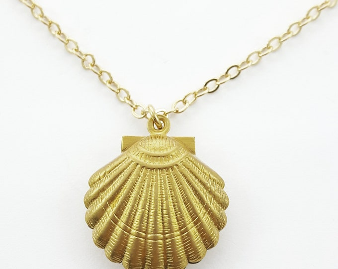 Featured listing image: Retro Brass Seashell Necklace