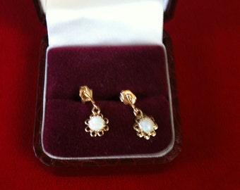 14 K Yellow Gold Earrings With Beautiful Opal. 0.9 gm.