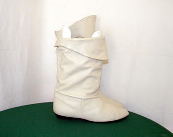 Sz 12m Vintage tall eggshell white leather 1980s Women flat pirate slouch boots.