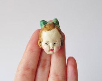 Handgemachte gruselig süße Puppe Brosche Greta
