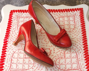 vintage 1950s red shoes <> 1950s red pumps <> 50s red leather shoes <> round toe heels <> 50s shoes size 6 1/2
