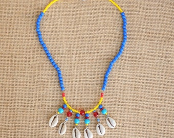 Necklace ultra colored in blue, yellow and red, with shells.
