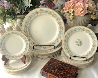 Nikko Christmas Dinnerware Set Service for 4 includes 12