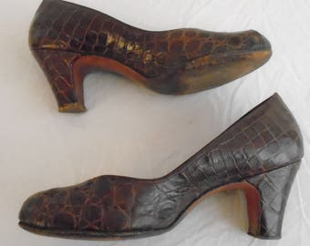 1940s Vintage Shoes Brown Leather Faux Alligator Embossed Pumps Round Toe Size 8 Palizzio