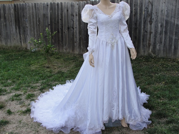 Vintage 1980s ruffle wedding gown / dress with back zipper