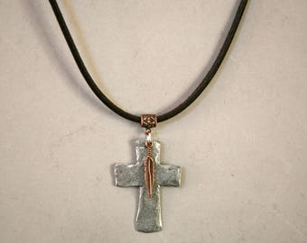 Herren gemischten Metall gehämmert Kreuz Wildleder Halskette, Männlich Schmuck Kreuz Halskette. Religiöser Schmuck, maskuline Halskette