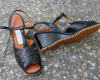 Lizzy Shoes // DEADSTOCK Vintage 1940's-1950's Black Leather T-Strap Wedge Sandals W/ Scallop Edges & Cutout Design High Heels US Size 8