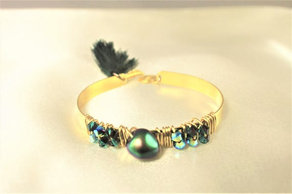 bracelet jonc plaqué or, éléments swarovski vert scarabée, pompon et breloque spirale