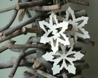Sneeuwvlokken Aardewerk met Rustieke Decoratie, Wit Milieuvriendelijk Keramische Ornament, Set van 3,  Huwelijksgeschenk