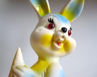 Big vintage squeaky toy Rabbit 1970s France / Grand lapin caoutchouc / décor chambre / collection de jouet /  vintage toy addict / kids room