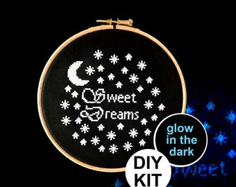 """Leuchten Sie im Dunkeln Cross Stitch Kit """"Süße Träume"""". Neuen geboren Baby-Geschenk. Monogramm-Dekor. Kinderzimmer Dekor."""