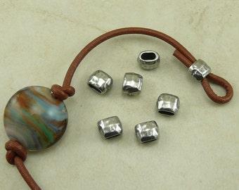 6 TierraCast 4x2mm ID Hammerschlag gehämmert kleines Fass Crimp Spacer Perlen > Antik grau versilbert Blei frei Zinn 5791