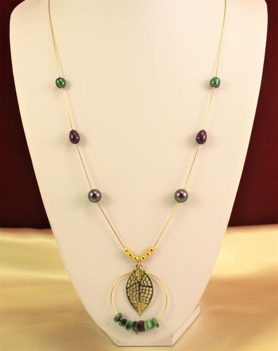 sautoir estampe filigranée avec pierres fines,  feuille avec perles nacrées swarovski et chaîne plaqué or