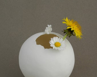 Small round vase in porcelain with a mouse and a watering can