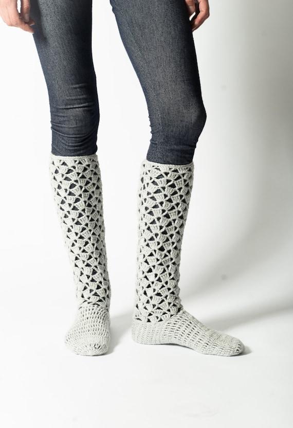 Artículos similares a Luz gris Crochet calcetines de la rodilla ...