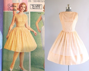 Vintage 1950s Dress / 50s Sun Dress / Pretty Parfait Dress w/ Pintucked Detailing M