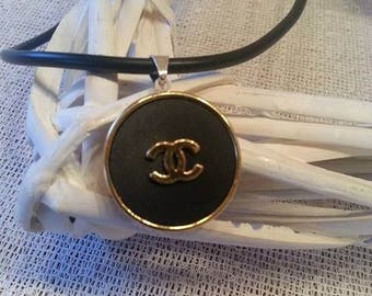 Modern rubber necklace for you with authentic knob of Chanel in silver version. Partner look chain.