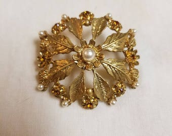 Vintage gold toned brooch with faux pearls