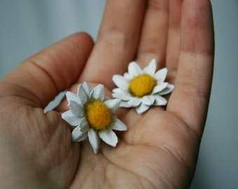 Little ( 1''/2.5 cm) Leather daisy flower stud earrings