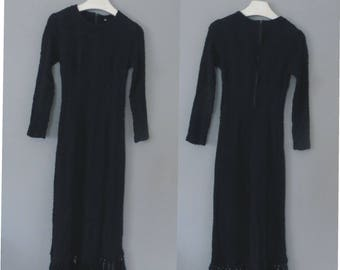 70s woolen dress. S size. Black bohemian longsleeved elastic dress with long fridges on the finish. In a very good vintage condition.