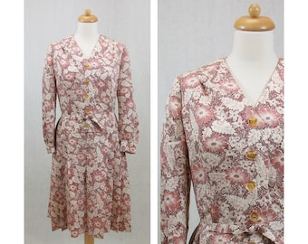 60s vintage dress. Floral print dress. Flowers and leaves print dress. White and pink dress. Shirtwaist dress. Long-sleeved dress. Size M
