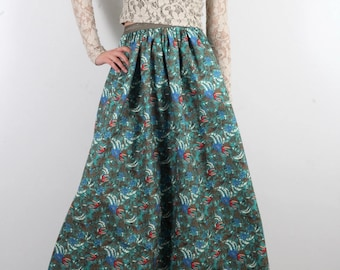 Long skirt in tropical print and short shirt