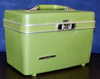 Sweet Vintage Travel Master Avocado Green Train Case Travel Bag