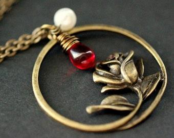 Rose Halskette in Bronze. Halskette mit Draht gewickelt rot Teardrop und Süßwasser-Perlen. Handgemachte Halskette.