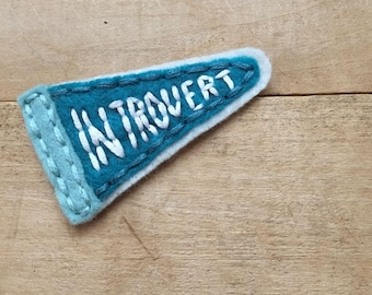 Introverti fanion. Patch écusson brodé à la main.