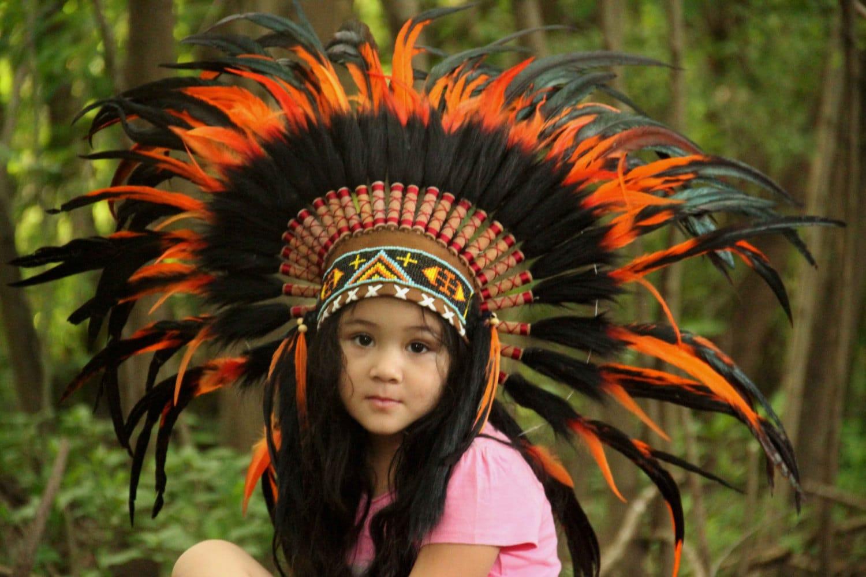 Penacho de plumas infantil naranja y negro corto tocado de