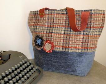 """Sac cabas """"tweed"""" en lainage rayé dans des tons rouge, bleu et beige, velours bleu gris, anses cuir rouge, fleurs yoyo dentelle"""