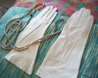 "Vintage 1940's Cream White Kid Leather Gloves. Length 10"" Never Worn. Size 7 Small."