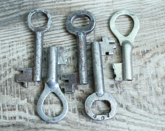 Set of 5 big Keys Rusty Old / Escutcheon Brass / Architectual Skeleton Key  / archaeological finds / ancient digging finds / Rustic Decor