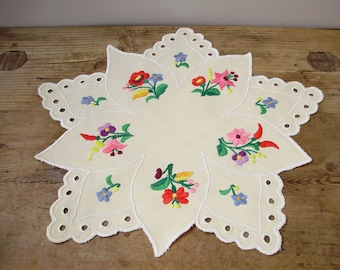 Vintage Hungarian handembroidered doily,centerpiece with Kalocsa flower pattern