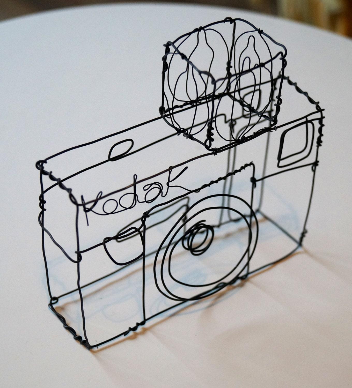 Draht-Skulptur von einer alten Kodak-Kamera