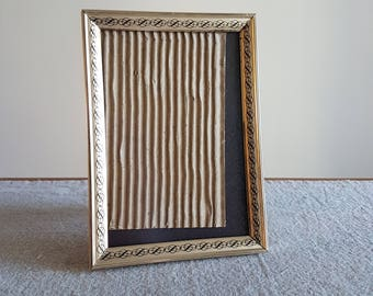 """5"""" x 7"""" gold-tone & black metal picture frame w. ornate repeating flourishes // 1970s brass-look, old family photo, wedding signs, 13x18 cm"""