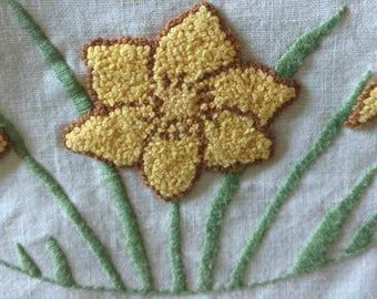 Vintage 1940s Daffodil Runner Stump Work Embroidery Table Doily Crochet Edging