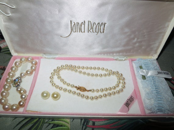 Lovely vintage boxed fx pearl wedding set of fx pearl necklace bracelet, earrings, garter
