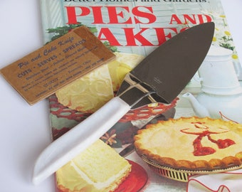 Quikut Pie Cake Knife Stainless Steel Blade White Marbled Tenite Handle With Original Cardboard Blade Cover CUTS, SERVES. SPREADS