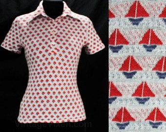 XXS Nautical 1970s Polo Tee - Sailboats Novelty Print Summer 70s Top - Preppie Red White & Blue Knit Shirt - Sail Boat - Chest 31.5 - 49477